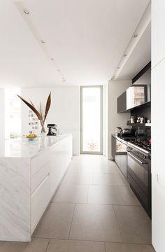 idea cucina bianca e nera con illuminzione a faretti