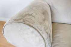 How To Wash Ulphostery Clean Fabric Couch, Clean Upholstery, Clean Sofa, Cleaning Microfiber Sofa, Sofa Cleaning, House Cleaning Tips, Wash Pillows, Bed Pillows, Cleaning Recipes