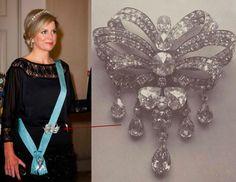 The diamond triple bow stomacher or devant de corsage (Laca) was created by court jeweler E. Queen Elizabeth Jewels, Queen Mary Ii, Dutch Queen, Royal Jewelry, Queen Maxima, Crown Royal, Crown Jewels, Royal Fashion, Rose Cut Diamond