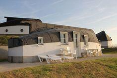Во французской деревушке люди живут в домах с перевернутыми лодками вместо привычных крыш