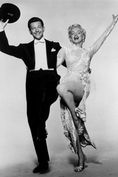 Marilyn Monroe DECEMBER 1954 – Dancing with Donald O'Connor in an embroidered dress to Irving Berlin's song, There's No Business Like Show Business. Donald O'connor, Marilyn Monroe Stil, Marilyn Monroe Photos, Old Hollywood, Golden Age Of Hollywood, Hollywood Style, Hollywood Icons, Hollywood Actresses, Classic Hollywood