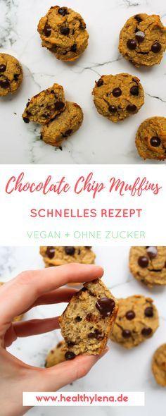 Einfache Muffins mit wenigen Zutaten – genau solche Rezepte liebe ich. Diese veganen Chocolate Chip Muffins werden also vor allem jenen gefallen, die keine Lust haben ewig in der Küche zu stehen. Der Teig ist in 5 Minuten zusammengerührt und die Zeit des Backens kannst du mit wichtigeren Dingen verbringen. Hier geht's zum Rezept: vegan, glutenfrei & ohne Zucker! #vegan #rezepte #veganerezepte #schokolade #schoko #muffins #ohnezucker #glutenfrei