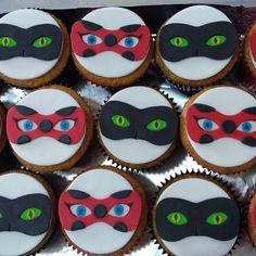 Cupcakes Miraculous Ladybug e Cat Noir. #docedascomadres #cupcake #miraculousladybug #ladybug #catnoir #cupcakeladybug #cupcakecatnoir #festademenino #festasrj