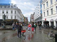 Los habitantes de Malmö presumen de vivir en la ciudad más bonita, alegre y verde de Suecia, y también la más europea, gracias al puente de Oresund, que conecta Escandinavia con el resto de Europa. En verano, la ciudad se ve invadida por enjambres de ciclistas que recorren sus innumerables ciclorutas y carriles-bici, desde la playa hasta el mismísimo centro