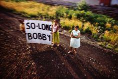 """Cette année, le galeriste newyorkais James Danziger présente une exposition personnelle des photographies de Paul Fusco """"RFK Funeral Train Re-discovered"""". Depuis leur redécouverte en 1998, les images de Paul Fusco du train funéraire de Robert F. Kennedy ont été reconnues comme l'un des plus grands reportages de l'histoire de la photo."""