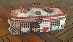 Patchwork: Costurero de corazones  Ideal para tener ordenados... Sewing Caddy, Sewing Box, Love Sewing, Japanese Patchwork, Patchwork Bags, Quilted Bag, Tutorial Patchwork, Cute Wallets, Jute Bags