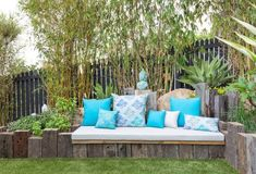 Jardin Feng Shui- idées sur les zones du Ba gua et 55 photos! Small Outdoor Spaces, Outdoor Seating Areas, Outdoor Sofa, Outdoor Living, Outdoor Decor, Outdoor Pillow, Jardin Feng Shui, Diy Garden Seating, Garden Furniture