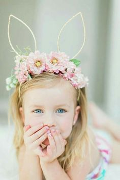Make this Easter & Spring memorable by clicking the best Easter Photos with your kids. Check out best Easter Photoshoot ideas for Babies, Toddlers and kids. Ostergeschenk Diy, Easter Hat Parade, Bunny Party, Easter Story, Diy Ostern, Diy Crown, Easy Easter Crafts, Bunny Birthday, Diy Hair Accessories