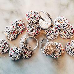 #itsbeginningtolookalotlikechristmas #silver #sølv #chokoladeknapmedkrymmel #chocolate #sprinkel