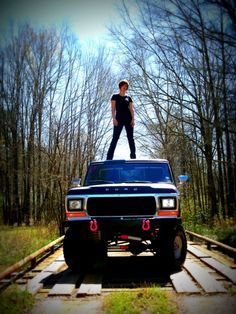 I want to of this with my ford truck for senior pictures Truck Senior Pictures, Hunting Senior Pictures, Football Senior Pictures, Country Senior Pictures, Senior Pictures Sports, Graduation Pictures, Senior Photos, Senior Portraits, Football Pics