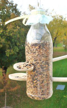 Tolles Vogelfutterhaus zum Selbermachen aus einer alten PET Flasche und Holzkochlöffel