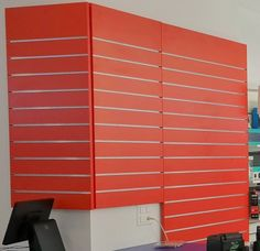 Lamellenwand Sonderanfertigung rot. Schweiz Blinds, Curtains, Home Decor, Retail Space, Store Shelving, House Blinds, Homemade Home Decor, Blind, Interior Design