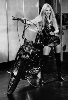 Brigitte Bardot : L'histoire derrière ses cuissardes Roger Vivier Bridgitte Bardot, Roger Vivier, American Apparel, Jackie Kennedy, Photo Star, Greta, Serge Gainsbourg, Vogue, Catherine Deneuve