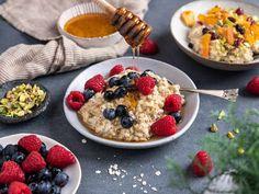 Våre beste oppskrifter på hjemmelaget grøt | Meny.no Acai Bowl, Oatmeal, Breakfast, Food, Acai Berry Bowl, The Oatmeal, Morning Coffee, Rolled Oats, Essen