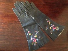 SALE Gorgeous embroidered vintage kid gloves  XS by KabukiCache