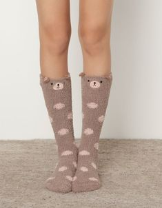 "Calzino pile orso - I'm guessing this mean something like ""bear socks"" but I don't even know. Fluffy Socks, Cozy Socks, Fun Socks, Corsets, Pretty Outfits, Cute Outfits, Sock Leggings, Fashion Marketing, Slipper Socks"