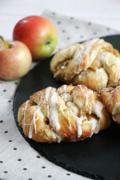 Apfel-Zimt-Knoten Rezept You are in the right place about Keto Snacks bombs Here we offer you the mo Apple Dessert Recipes, Apple Crisp Recipes, Snack Recipes, Cake Recipes, Cinnamon Knots Recipe, Cinnamon Apples, Caramel Apple Cheesecake Bars, Caramel Apple Crisp, Easy Snacks