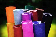 ####Absolut vegan####  Das exklusive Papier von kulörtexx ist in vielerlei Hinsicht besonders. Es erweckt den Anschein von echtem Leder, ist aber zu 100 % vegan: Es besteht aus Zellulose und Latex. Da es weder mit Pentachlorphenol, noch mit PVC oder BPA verarbeitet wurde, ist es umwelt- und gesundheitsverträglich.  kulörtexx vereint die gewohnt glatte Oberfläche von Papier mit der reißfesten, waschbaren Struktur von Stoffen. Die Besonderheit bei diesem stoffähnlichen Papier ist die riesige…