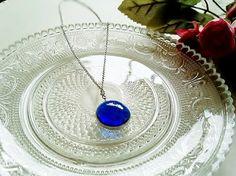 ステンドグラスのネックレスですガラスの美しさを活かし シンプルに仕上げました色がとても綺麗で 貴女を引き立てますおそろいのピアスもありますガラス直径約1.8c...|ハンドメイド、手作り、手仕事品の通販・販売・購入ならCreema。
