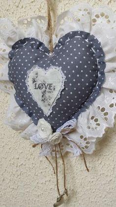 cœur et fleurs en tissu rose et blanc dentelle anglaise : Décorations murales par atelier-de-cassou