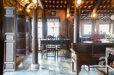 Nằm trong con ngõ nhỏ ở Đội Cấn, Hà Nội là ngôi nhà đặc biệt có 4 tầng với tầng trên cùng là một căn nhà rường Huế được thiết kế bởi cô Phương, một nữ KTS kiêm giảng viên trường ĐH Kiến trúc Hà Nội.