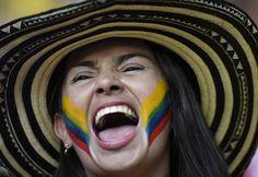 Adepta colombiana no estádio Castelão, em Fortaleza AFP PHOTO  FABRICE COFFRINI