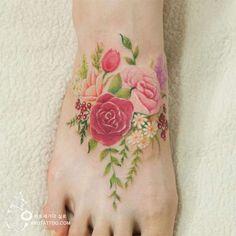 Une sélection des jolis tatouages de l'artiste coréenneAro Tattoo, qui réalise de magnifiques compositions florales rappelant la technique de l'aquarelle.
