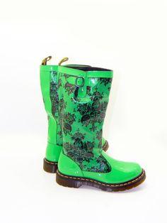 The best in fashion news Aunt Betty, Green Rain Boots, Dr Martins, Rubber Rain Boots, Fashion News, What To Wear, Heels, Shoe, Spring