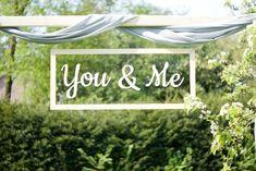 Houten tekst - You & Me. Creëer hiermee een mooie backdrop tijdens de ceremonie van jouw bruiloft. Te huur via www.vierdeliefde.nl Backdrop Wedding, You And I, Backdrops, Neon Signs, You And Me, Backgrounds