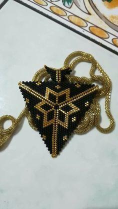 Triangulos,  #triangulos, Beadwork Designs, Beaded Jewelry Designs, Bead Jewellery, Handmade Jewelry, Peyote Stitch Patterns, Bracelet Patterns, Beading Patterns, Beaded Earrings, Beaded Jewelry