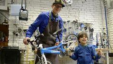 Was meint der Fahrradmechaniker? Radfahren zum Auslüften, zum Organismus-Durchputzen, zur Seelenhygiene. Lesen Sie hier unser Interview mit dem Fahrradmechaniker. Interviews Interview, Bicycle, Gym, Sports, Reading, Bicycling, Hs Sports, Bike, Bicycle Kick