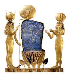 Hathor y Maat flanquean al dios carnero Atum en este pectoral de oro y lapislázuli de la reina Kama, madre de Osorkón III, rey de la dinastía XXIII. Museo Egipcio, El Cairo.