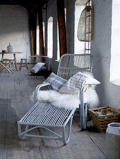 Lekker zacht is dit witte kleed van schapenvacht. Prima te gebruiken als plaid in een stoel of bank of als kleed op de grond.