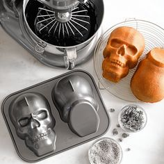 Another view of the cool skull cake pan!