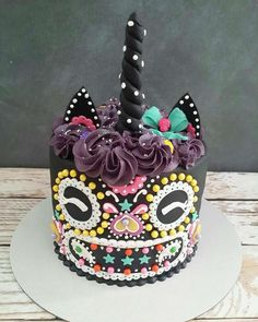 I love it! It's a great Halloween Icebreaker & a perfect birthday cake for an October Halloween themed… Pasteles Halloween, Bolo Halloween, Halloween Tags, Scary Halloween Cakes, Scary Cakes, Halloween Birthday Cakes, Unicorn Halloween, Cupcakes, Cake Cookies