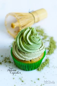 We'll take a dozen of these matcha infused cupcakes topped with minty-green matcha frosting! Matcha Cupcakes, Matcha Dessert, Baking Cupcakes, Cupcake Cakes, Baking Desserts, Dessert Sans Gluten, Vegan Dessert Recipes, Cupcake Recipes, Drink Recipes
