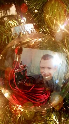 Senior or graduate Christmas ornament.   Tassel and senior picture in a clear plastic or glass ornament.  Love this great idea.