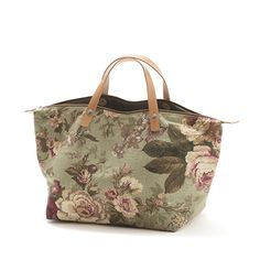 Bag Handbag RosePepper, Floral canvas bag, Lining in denim, Zipper top closure, Leather handles Medidas: cm 45 x 28 x 20 Asas: 40 cm Diy Purse, Tote Purse, My Bags, Purses And Bags, Bag Quilt, Homemade Bags, Carpet Bag, Boho Bags, Fabric Bags