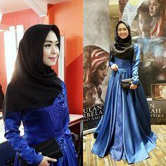 Elegan dengan dress biru dan hijab yang simple.