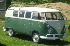 Afscheid van de Volkswagen Typ 2, een smiley op vier wielen. Op foto VW T1. In 1950 kwam de massaproductie van de Volkswagen Typ 2 op gang (en daar hoorde een 15 minuten durende reclamespot bij). Hij kostte in dat jaar 5.850 Duitse Mark, wat vandaag overeen zou komen met ongeveer 14.500 euro. Van de eerste versie, de T1, werden tussen dat jaar en 1967 niet minder dan 1,8 miljoen exemplaren geproduceerd in Wolfsburg en Hannover. © kos