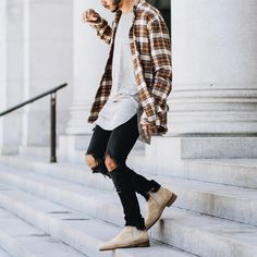 Today we have a list of 20 Stylish Ripped Jean Outfits for Men for the winter. Ripped jeans are a great fashion statement when for street style guys. Street Style Fashion Week, Street Style Chic, Chelsea Boots Outfit, Mode Lookbook, Fashion Lookbook, Fashion 2015, Fashion Wear, Boy Fashion, Fashion Shoes