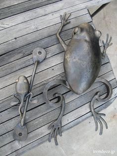 spoons and forks Frog Bathroom, Small Garden Inspiration, Backyard Gates, Door Gate, Wire Art, Metal Beads, Forks, Bead Art, Tins