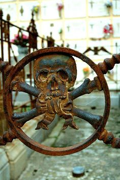 cast iron skull detail ay lady... si el óxido os contara... o si tuviésemos más sabiduría para entender lo que nos dice (...ay lady ... if you count rust ... or if we had more wisdom to understand what he says ...)   Pirate theme rusty iron skull and cross bones
