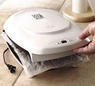 Limpando sua sanduicheira - tire-a da tomada e coloque um papel toalha (duplo) bem umedecido no meio dela
