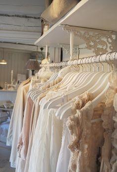 Aromatizar o guarda roupa sempre é muito bom... Além de deixar as roupas cheirosas, os sprays elaborados com óleos essenciais tem ...