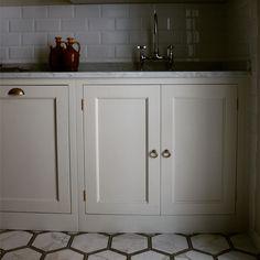 Lavello sottopiano top in marmo di Carrara #stileinglese #stilecountry #country #inglese #bespoke #timeless #classico #eggshell #coastal #stileamericano #homewood #falcon #rangecookers