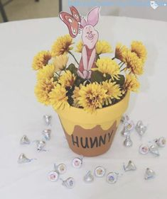 Winnie the Pooh baby shower centerpieces piglet Winnie the Pooh Baby Shower Mittelstücke Ferkel Baby Shower Snacks, Fiesta Baby Shower, Baby Shower Prizes, Baby Shower Desserts, Baby Shower Brunch, Baby Shower Table, Baby Shower Balloons, Baby Shower Cookies, Baby Shower Themes