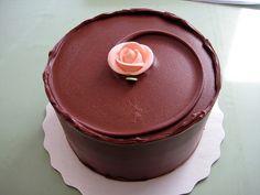 "Miette ""bumblebee"" cake - yellow cake + chocolate ganache. beautiful frosting technique. http://www.youtube.com/watch?v=BDSMAvqiRXo"