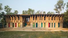 Schule aus Lehm in Bangladesch