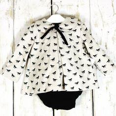 En terciopelo crudo con caballos  y cubrepañal en negro, así es el conjunto #ancar ¡actual a la vez que clásico! Disponible en www.lesbebes.es #caballos #horses #cute #modainfantil #girl #babyfashion
